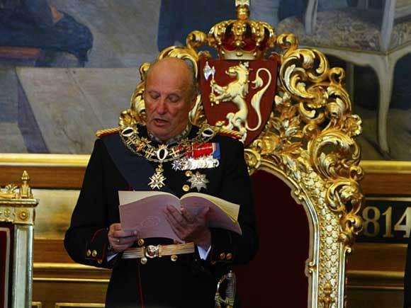 2. oktober: Kong Harald foretar den høytidelige åpningen av det 155. Storting. Dronning Sonja og Kronprins Haakon er også til stede (Foto: Håkon Mosvold Larsen / Scanpix)