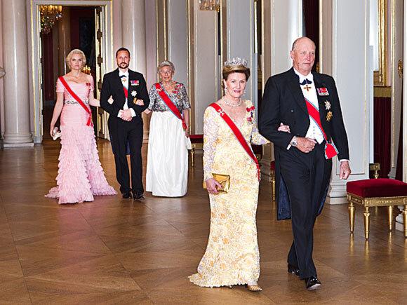 21. oktober: Kong Harald og Dronning Sonja holder gallamiddag for Stortingets representanter på Det kongelige slott (Foto: Gorm Kallestad / Scanpix)