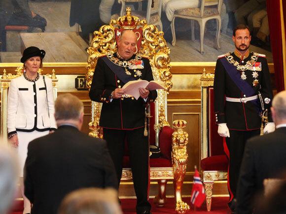 Kong Harald leser trontalen under åpningen av det 156. Stortinget, flankert av Dronning Sonja og Kronprins Haakon (Foto: Holm Morten / Scanpix)