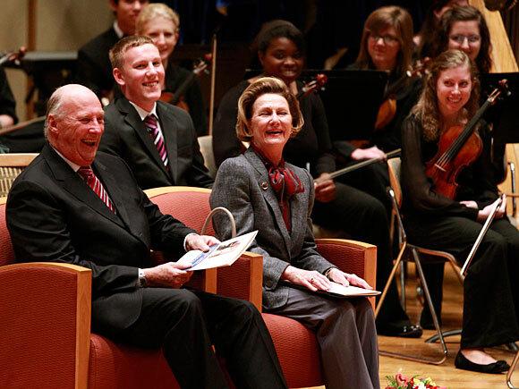 Kong Harald og Dronning Sonja under besøket på Luther College (Foto: Lise Åserud / Scanpix)