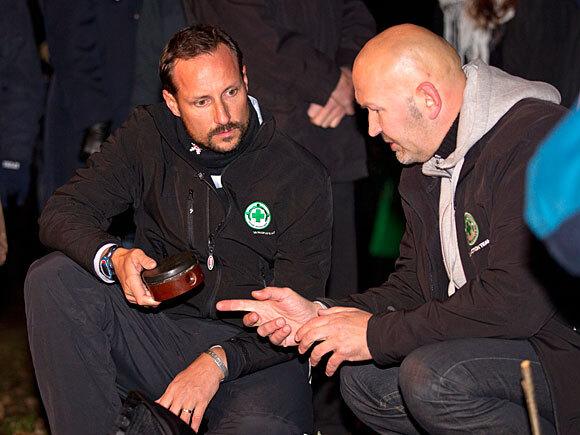Kronprins Haakon fikk en innføring i Folkehjelpens arbeid med minerydding (Foto: Roger Fosaas, Stella Pictures)