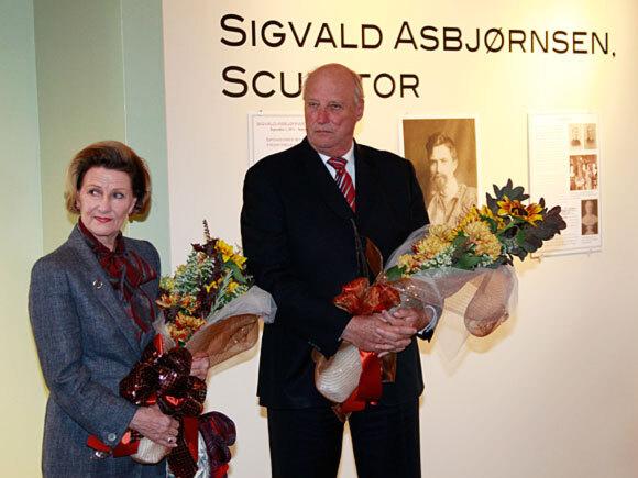 På Vesterheim Museum i Decorah, fikk Kongeparet en omvisning i utstillingen som viser den norsk-amerikanske skulptøren Sigbjørn Asbjørnsens (1867-1954) verk (Foto: Lise Åserud / Scanpix)