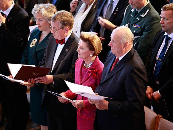 Kong Harald og Dronning Sonja deltok på studentgudstjeneste ved Augsburg College søndag (Foto: Lise Åserud / Scanpix)