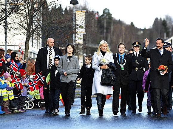 Kronprinsparet sammen med Sander Hansen og ordfører Espen André Kristiansen under besøket på Rena (Foto: Scanpix)