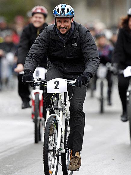 Kronprins Haakon sykler under besøket på Rena (Foto: Scanpix)