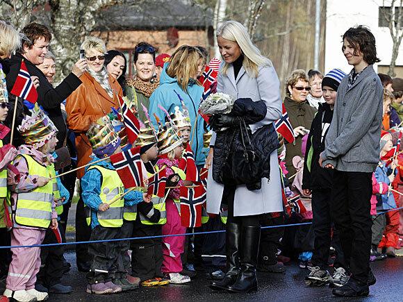 Kronprinsesse Mette-Marit hilser på befolkningen under besøket på Rena (Foto: Scanpix)