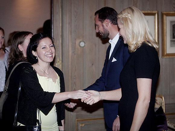 Cecilia Dinardi hilser på Kronprinsparet under gjestebud på Skaugum i Asker i 2010 (Foto: Scanpix)