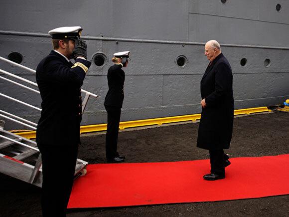 Kong Harald går ombord krigsseilernes minnesmerke D/S Hestmanden (Foto: Tor Erik Schrøder / Scanpix)