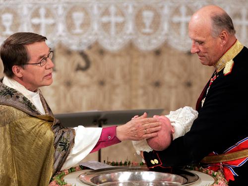 El rey Harald llevó a la princesa Ingrid Alexandra al bautismo.  El entonces obispo de Oslo, Gunnar Stålsett, ejecutó.  Foto: Tor Richardsen, NTB scanpix