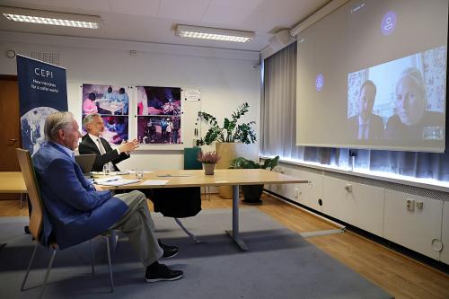 Desde las instalaciones de CEPI en Oslo, el vicepresidente Frederik Kristensen y el asesor especial Tore Godal hablaron sobre el trabajo de estimular y acelerar el desarrollo de vacunas contra nuevas enfermedades infecciosas.  Foto: Ørn E. Borgen, NTB scanpix