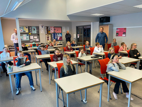 19 futuros estudiantes en la escuela Fjellgardane en una reunión web con la pareja del Príncipe Heredero.  Foto: Lars Erik Domaas