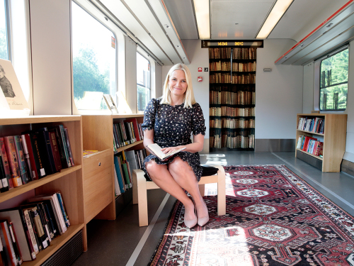 The Crown Princess in the library carriage of the literary train. Photo: Lise Åserud / NTB scanpix