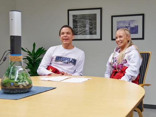 La presidenta rusa Lina Emilie Bjørgan y el miembro de la junta rusa Pål Karlsen en Steinkjer hablan sobre la creativa celebración rusa de este año en una reunión web con la pareja del Príncipe Heredero.  Foto: Johan Arnt Nesgård, Trønder-Avisa
