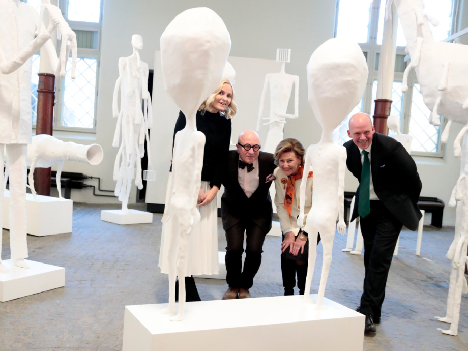 Dronning Sonja, Kronprinsesse Mette-Marit og Petter Snare sammen med Killi-Olsen selv i «Den nakne skogen». Foto: Håkon Mosvold Larsen / NTB scanpix