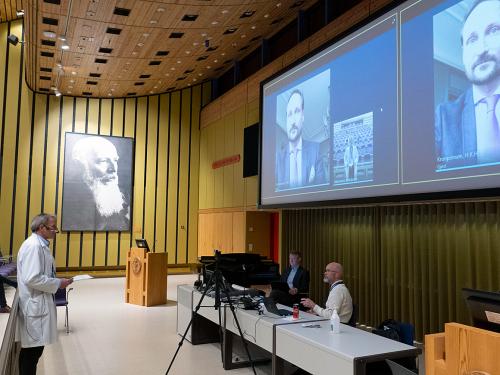 El Príncipe Heredero en conversación con el CEO Eivind Hansen.  Foto: Aleksander Valestrand, Hospital de la Universidad de Haukeland