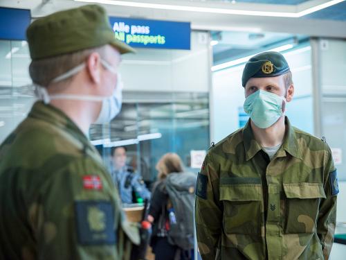 Soldados en la Guardia Nacional en el aeropuerto de Oslo Gardermoen.  Foto: Marius Kaniewski, Defensa