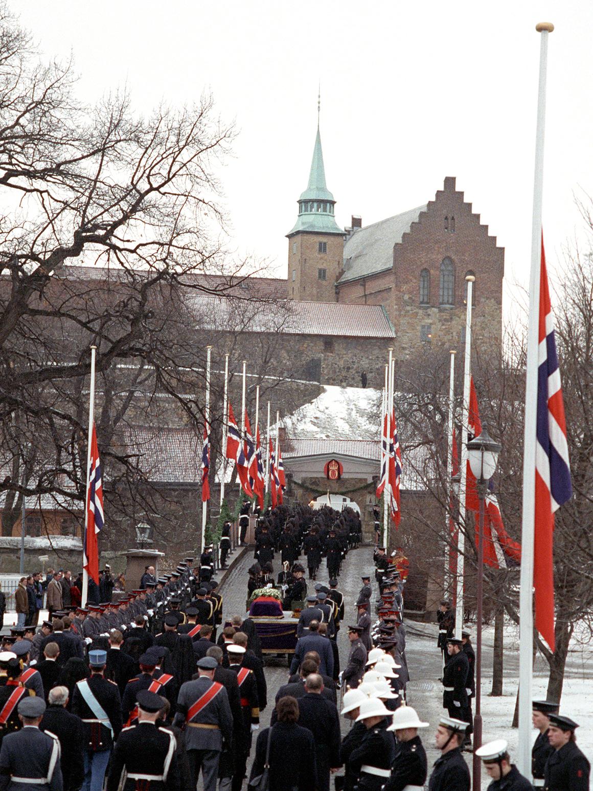 1981 - Dronning Elisabeth UK og prins Philip på statsbesøk til Norge. Kong  Olav og kronprinsesse Sonja ønsker velkommen