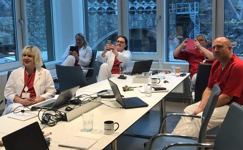 Los empleados de la Clínica de Recepción del Hospital de la Universidad de Haukeland asisten a la reunión por video.  Foto: Anne Taule, Hospital de la Universidad de Haukeland