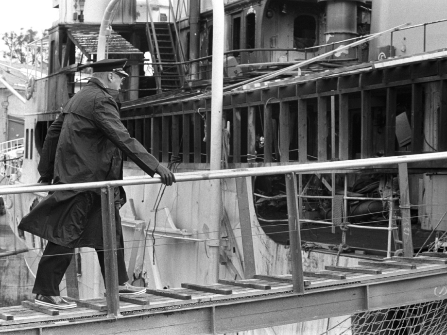 King Olav inspecting the ship after the fire in 1985. Photo: Hans Due, Scanpix