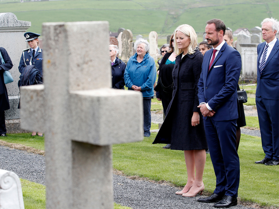 The Crown Prince and Crown Princess laid flowers at the Norwegian war graves at St Olaf cemetery. Photo: Lise Åserud, NTB scanpix