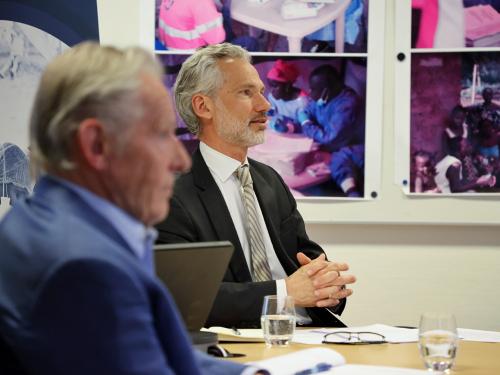 El diputado Frederik Kristensen en CEPI y el asesor especial Tore Godal durante la reunión con la pareja del Príncipe Heredero que se exhiben desde Skaugum.  Foto: Ørn E. Borgen, NTB scanpix