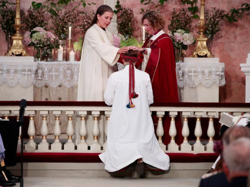 El Servicio Religioso de Confirmación en la Capilla del Palacio fue dirigido por el Obispo de Oslo Kari Veiteberg y presidió en la Reunión del Obispo, la Obispa Helga Haugland Byfuglien.