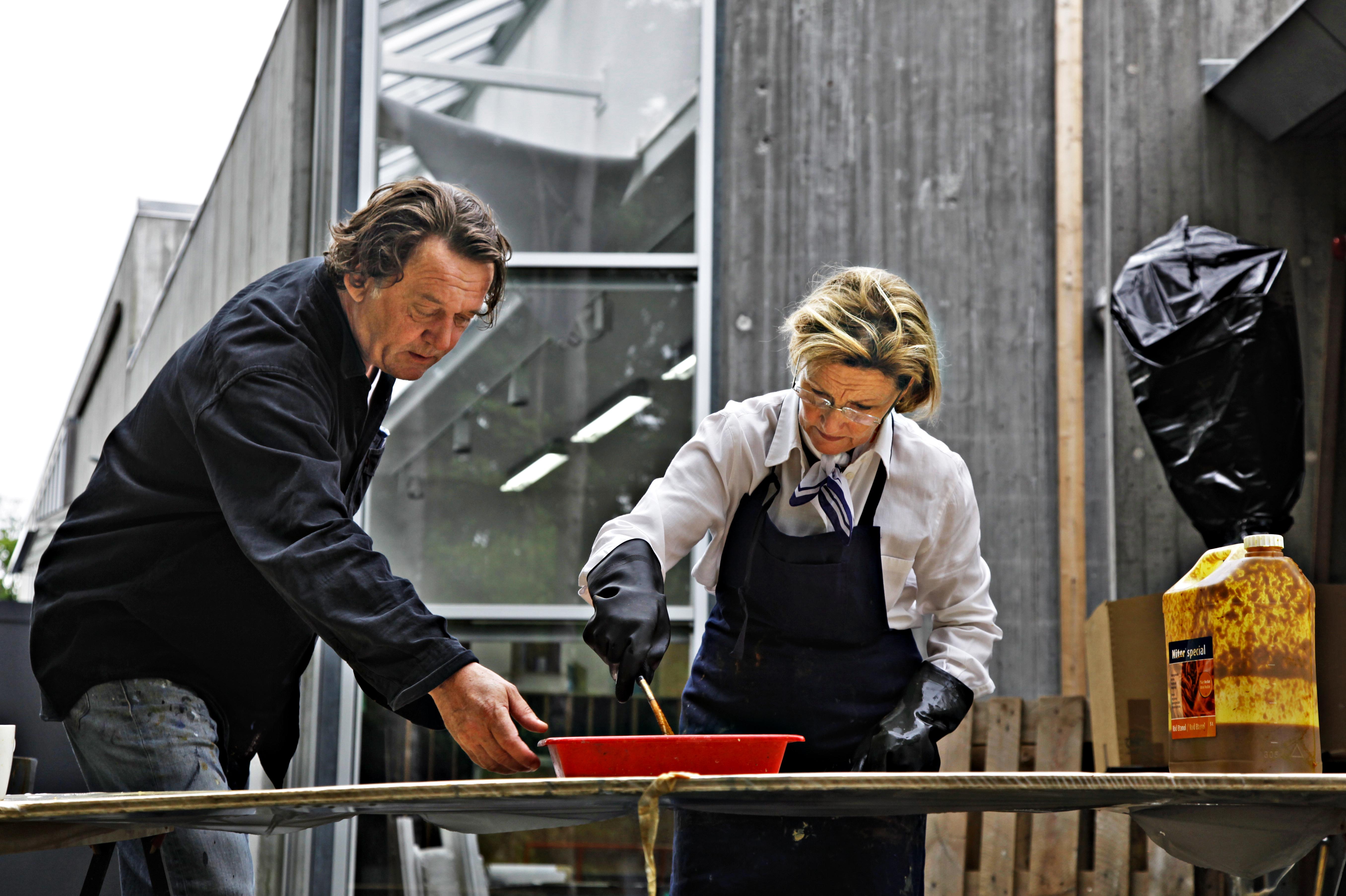 The Queen works with Kjell Nupen on an art piece. Photo: Rolf M. Aagaard / Det kongelige hoff.